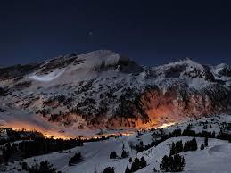 montaña con magma